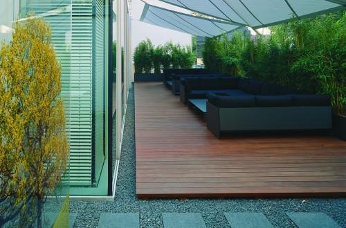 Mit Sonnensegeln überspannter Außensitzbereich